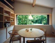 Habuka mountain retreat, a small timber-framed house by Satoshi Irei : Round tables + simple elements