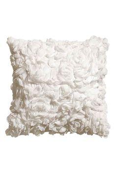 Capa de almofada em cetim: Capa de almofada em cetim coberto por flores em…