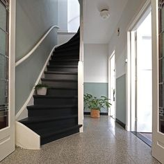 Trap verven: tips, inspiratie en voorbeelden Home Entrance Decor, House Entrance, Stair Walls, Stairs, Custom Home Builders, Custom Homes, Halle, Open Trap, Stair Decor