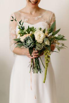 Jolie mariée avec son bouquet végétal et succilente. création La Fabrique d'Etoiles Filantes / Crédit photo Bodart Studio