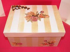Caixa de remédios com duas divisórias, excelente para guardar seus remédios em segurança. <br>Com tampa, detalhe do aplique em mdf e strass nas flores. <br>Tema: listras e flores.