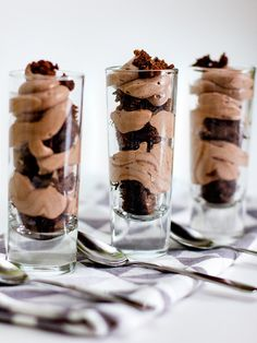 Chocolate Mousse and Brownie Shot Glass Dessert. I would also try using white chocolate mousse and blonde brownies Mini Desserts, Shot Glass Desserts, Individual Desserts, Pudding Desserts, Cheesecake Desserts, Party Desserts, Keto Desserts, Just Desserts, Delicious Desserts