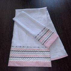 Toalha de banho recém nascido. Medidas aproximada Beautiful Babies, Baby Quilts, Bed Sheets, Diy And Crafts, Napkins, Towel, Embroidery, Sewing, Dish Towels
