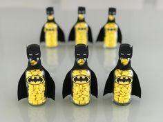 Garrafinhas Batman para festa Super-heróis #superheroismommy #festasuperherois #mommypersonalizados 3 Year Old Birthday Party Boy, Batman Birthday, Superhero Birthday Party, 6th Birthday Parties, Boy Birthday, Baby Batman, Lego Batman, Batman Party Supplies, Batman Party Favors