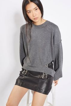 An edgy touch to knitwear, this unique sweatshirt is a fun way to re-invent your casual looks. In a super-soft knitted feel, it comes with cool wide sleeves, a crew neck and disconnected hem. Toughen it up an extra notch by teaming with a leather-look skirt and ankle boots.