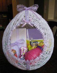 Sea para obsequio o sea para decorar la celebración de baby shower, esta podría ser una opción hermosa y excelente para presentar en esa ocasión. Es una especie de cuna o moisés de bebe, un globo r...