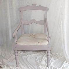 Paloma gjorde underværker på en gammel brun stol med stribet betræk. Den blev fin og  romatisk i sart grålig rosaagtigt. Elsker den nyfundne farve, som er så fin og sart i farven.