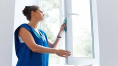 Fensterbrett und -rahmen sollten mit einem nassen Mikrofasertuch oder Schwamm geputzt werden.