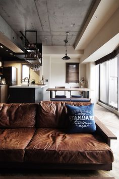 【EIGHT DESIGN】マンションリノベーション事例。お手持ちのソファーをHACHI KAGUオリジナルのレザーでリメイク。 Brooklyn Style, Studio Apt, Brown Sofa, Industrial Bedroom, Leather Sofa, Decoration, Guest Room, Architecture, Room Decor