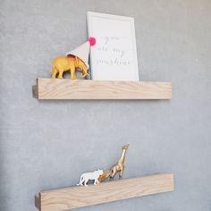 Des étagères à livres en bois clair