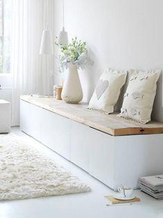 Sitzbank im Flur mit weißen Kissen
