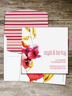 Sulu boya efekti ile işlenmiş kırmızı çiçeklerin harmanlandığı bu düğün davetiyesi capcanlı düğünler için çok iyi bir seçenek! Daha çok kır ve açık alan düğünlerine hitap etse de mekanı kırmızı çiçeklerle donattığınız sürece bu davetiye, her düğün ve her mevsim kullanılabilir. Ayrıca bu davetiyeyi tercih ederseniz buketinize de kocaman bir kırmızı çiçek ekletmeyi unutmayın!