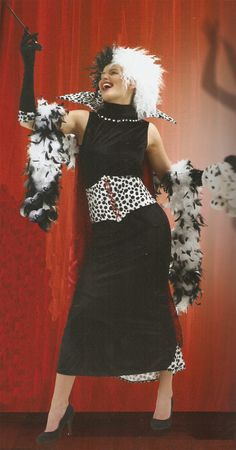 Disfraz 101 Dálmatas. Cruella de Vil Disfraz de una de las malvadas de Disney Cruella de Vil, compuesto por: vestido, capa, peluca y guantes.