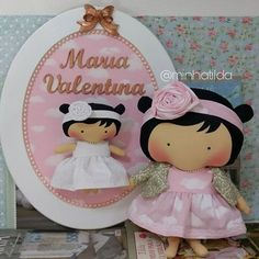 Par perfeito  . Porta Maternidade + Tilda Toy . #tilda #tildinha #tildatoy #bonecadepano #tildatoys #feitocomamor #feitocomcarinho #mãedemenina #gravidez #coisasdemenina #maternidade #fofura #chádebebê #decoração #doll #dolls #tildaworld #costurinhas #princesas #newborn #atelie #artesanato #recemnascido #futuramamae #tonefinnanger #vestidodeboneca #meumundocorderosa #maedeprincesa #maecoruja