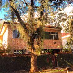 Mais uma das casas grandes que caracterizam o bairro
