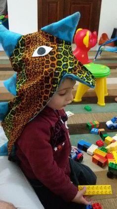 La garderie de mon fils m'ayant informé que vendredi serait &Funny Hat DAY& mon loustic devra y aller affublé d'un chapeau rigolo. Je n'ai pas réfléchi trop loin pour trouver l'idée d'un chapeau de stégosaure enfin non d'un &chapeau de stégodinosaure&...