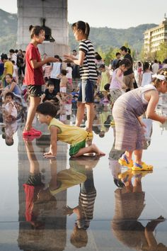 Children at play - Gwanghamun square is a great place to visit during the summer time. Especially for children! Just remember to bring extra clothes. Also, don't forget to bring a towel!