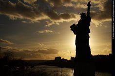 Soleil couchant sur la Statue de la Liberté - Située en aval de l'Allée des Cygnes, au niveau du Pont de Grenelle,   cette réplique de la Statue de la Liberté fut offerte en 1889 à la ville   de Paris par les citoyens français résidant aux USA.