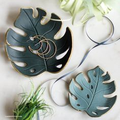 Make a simple DIY monstera drop dish for your home, Best Picture For Polymer Clay Crafts color combos For Your Taste You are looking for something, and it is going Fimo Clay, Polymer Clay Projects, Polymer Clay Jewelry, Clay Bowl, Vide Poche, Ideias Diy, Diy Blog, Blog Deco, Air Dry Clay