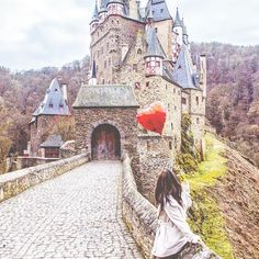 If you could be anyyyywhere in the world, where would it be!? 🤔 Me, I chose Germany to be surrounded by pretzels and fairytale castles 👸🏻I'm seeing a lot of new faces/followers today, so let me quickly introduce myself again. I'm Christina, a full time travel blogger, guacamole inhaler and burrito bowl connoisseur ;) I'm a Canadian girl now based in Munich, Germany and I blog all about my wild adventures on happytowander.com. Now tell me a bit about you, and I'll send some love to your…