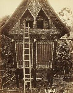 Rice house Rijstschuur voorzienvan frail houtsnijwerk in kotagedang bij Fort de Kock 1880