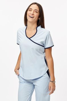 Jazmín Poly celeste con azul Scrubs Outfit, Scrubs Uniform, Beauty Uniforms, Medical Uniforms, Medical Scrubs, Nursing Dress, Fashion Mode, Sport Outfits, Fashion Dresses