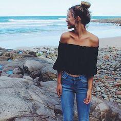 Essena O´Neal, blusa preta, short jeans, preai