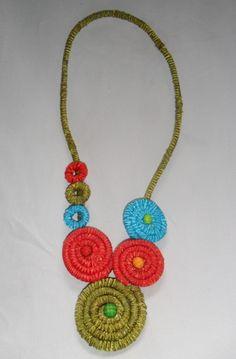 Colar todo em corda coberta com fitas coloridas (azul, verde e vermelho). Aplicação de Chaton R$ 24,00