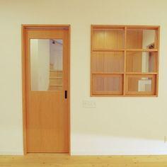 女性で、4LDKのリビングドア/窓/室内窓/リビングについてのインテリア実例を紹介。(この写真は 2015-08-03 02:56:35 に共有されました)