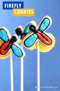 BUG COOKIES FOR SUMMER -- Firefly cookies, or lightning bug cookies, for a fun summer cookie decorating idea. Video tutorial included. Halloween Cookie Recipes, Halloween Cookies Decorated, Halloween Sugar Cookies, Sugar Cookie Icing, Royal Icing Cookies, Decorated Cookies, Homemade Halloween, Cut Out Cookies, How To Make Cookies