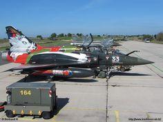 """""""Mirage 2000 D"""" aux couleurs de l' EC 3/3 """"Ardennes"""" dont la devise (Ne recule ni ne dévie) apparaît sur le réservoir supplémentaire de carburant."""