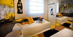 Para deixar o projeto mais animado e moderno, os arquitetos Marcia e Tiago Campetti, do Estúdio Campetti, se inspiraram no personagem Calvin das histórias em quadrinhos e priorizaram o uso da cor amarelo para os tapetes e móveis, pois o tom interfere e estimula a criatividade. Na porta do armário, uma plotagem de Calvin dá um toque engraçado ao ambiente.