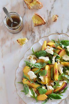 Os dias quentes de verão abrem alas às saladas frescas e coloridas. Gosto de saladas, gosto de num instante preparar uma refeição...