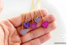 Naszyjnik serduszkowy Love Me / wrzosowy  Łańcuszek wykonany ze srebra próby 925, pozłacanego.  Z zawieszką w kształcie serca, wykonanego z kamienia – druzy agatu w złotym okuciu. Druzy charakteryzują się drobnymi, nieregularnymi kryształkami, dzięki czemu każdy naszyjnik jest nie...