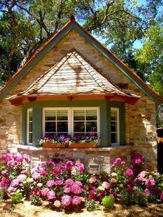 Çiçekli taş ev