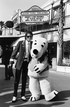 Michael Jackson with a Knott's Berry Farm Snoopy mascot in April 1984