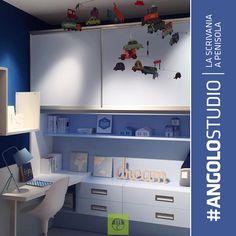 Il piano #scrivania inserito nel vano sottoponte è un modo alternativo di progettare la zona #studio.