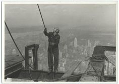 Lewis Hine captured weird Empire State Building photos under construction in Have a look at these 20 famous empire state building workers photos. Civil Construction, Construction Worker, Under Construction, Empire State Building, Old Pictures, Old Photos, Vintage Photos, World Trade Center, Lewis Hine