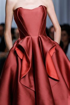 Love, love, love the crisp architecture on Zac Posen dresses. Zac Posen Spring 2014 RTW - Details - Fashion Week - Runway, Fashion Shows and Collections - Vogue Zac Posen, Couture Fashion, Runway Fashion, Couture Dresses, Fashion Dresses, Style Blogger, Beautiful Gowns, Pretty Dresses, Dress To Impress