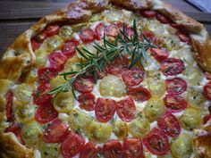 tomatoe-galette with red and yellow tomatoes Tomaten-Galette mit roten und gelben Tomaten Yellow Tomatoes, Vegetable Pizza, Baking, Vegetables, Red, Tomatoes, Bakken, Vegetable Recipes, Backen