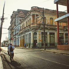 Bicicletas en #Cienfuegos recorren los edificios coloniales de #Cuba.  by lvdclaudia