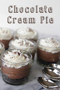 Mini Desserts, Mason Jar Desserts, Mini Mason Jars, Birthday Desserts, Christmas Desserts, Easy Desserts, Dessert Recipes, Mason Jar Cupcakes, Jar Recipes