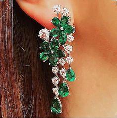 Zarcillo de brillantes y esmeraldas