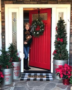 22 Charming Outdoor Christmas Tree Decorations You Must Try this Year - The Trending House Front Door Christmas Decorations, Christmas Front Doors, Christmas Yard, Country Christmas, Christmas Lights, Christmas Holidays, Holiday Decor, Happy Holidays, Christmas Porch Ideas