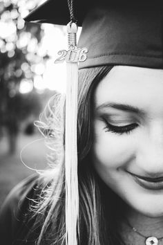 Payton Hartsell is a contemporary senior portrait photographer based out of Houston, Texas. College Graduation Pictures, Graduation Picture Poses, Graduation Portraits, Graduation Photoshoot, Graduation Photography, Grad Pics, Creative Senior Pictures, Senior Year Pictures, College Senior Pictures
