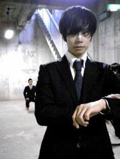 [Champagne]川上洋平2009/12/8 ↑こんなトコロにSmart(雑誌)のような人が。 このスーツでの撮影シーン、色んな質問を投げて面接のような光景になってます。/♪「For Freedom」のPV撮影