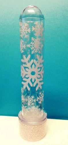 Tubete tamanho padrão com aplicação floco de neve adesivado ao tubete, e tampa revestida em fita metalizada <br>O valor refere-se ao tubete decorado sem inserção de conteúdo interno (doce tipo M&M)