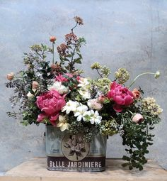 Flower Trends: Antique/Vintage Containers for flowers. Vintage tin can vase. #flowers #decoratingideas