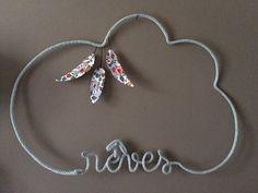Réalisation du mot rêves en tricotant dans un nuage, décoration plumes en tissu Betsy porcelaine très originale pour décorer la chambre de votre enfant dimensions : largeur  - 16587142