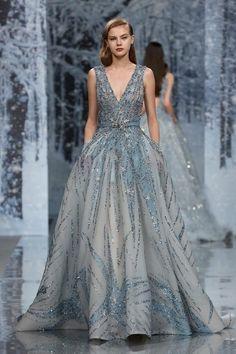 """Ziad Nakad Alta Costura otoño-invierno 2017-2018, París. En la colección titulada """"El bosque de cristales de nieve"""" (The Snow Cristal Forest)reinaba el color blanco representando el hielo y el frío. Los escotes en la espalda y los hombros enfatizaban la silueta para mostrar el encanto femenino. #coleccion #desfile #altacostura #semanadelamoda #paris #blog #fashion #fashionblog #collection #luxury #style #designer #design #details #hautecouture #fashionweek #ziadnakad"""